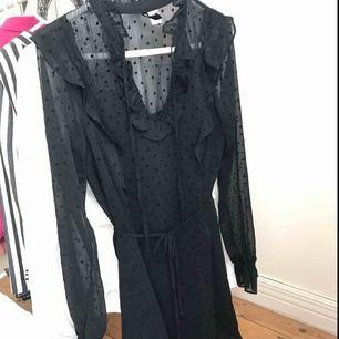 Svart klänning delvis i genomskinlig mesh med hjärtan. Strl 34, passar 34/36