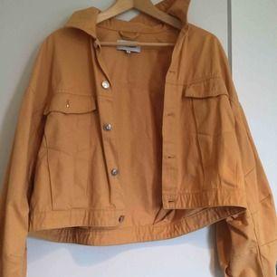 Orange/beige jacka i 70/80-talsstil. Perfekt till tidig höst/vår. Köpt på Weekday. Använd ett fåtal gånger.
