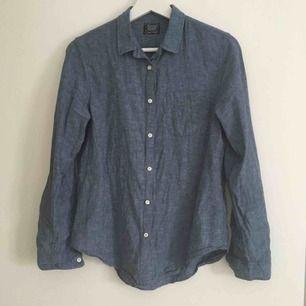 Jeansblå linneskjorta i storlek M men passar även S. Använd fåtal gånger. Köpare betalar frakten