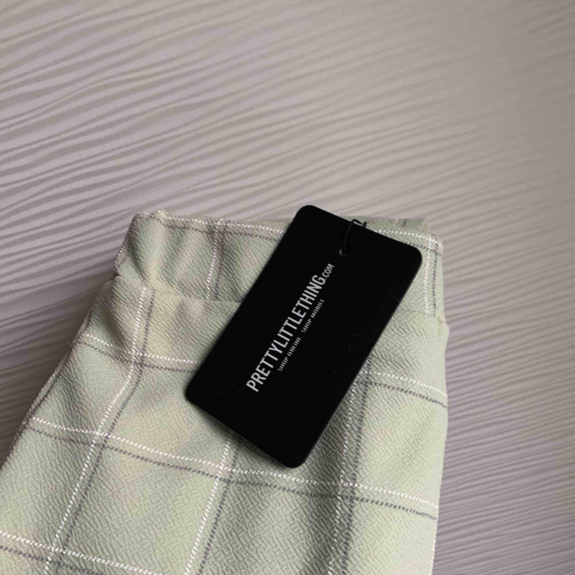 Snygga kostymbyxor i stretchmaterial från Pretty little thing. Ljusgröna storlek 8 vilket motsvarar ungefär M.  Kan mötas upp i Göteborg men vill man ha det fraktat så får köparen stå för fraktkostnaden. . Jeans & Byxor.