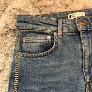Säljer dessa sjukt snygga mom jeans köpta på Gina tricot. Dom är tyvärr försmå :( sitter sjukt snyggt och har snygga diamant detaljer på sidorna. Använt fåtal gånger. Köpta för runt 800-900kr men säljer för 200-300kr priset kan diskuteras.