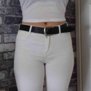 Vita jeans med slitningar från Hollister.  Highrise: Waist 31 strl 13
