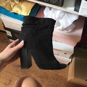 Klackar boots i svart mocka från missguided, öppen tå. Inte mkt använda alls.