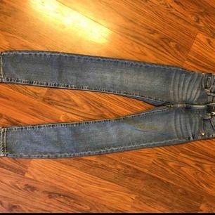 Blå molly jeans från Gina i storlek XS. Små i storleken skulle säga att dom passar en XXS-XS. Sjukt fina men tyvärr försmå för mig! Kan mötas upp på vissa ställen eller posta mot en frakt summa.❤️