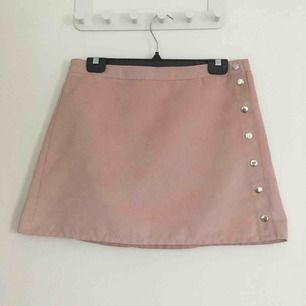 Ljus rosa omlott kjol i mocka från H&M. Använd en gång. Köpare betalar frakten