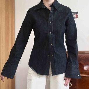 Vintage jeans skjorta från Whyred med underbar passform. Rejält material. Möts på södermalm. Frakt +70kr 💞💞💞