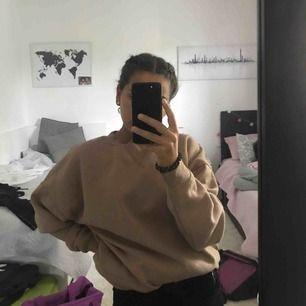 En oversize sweatshirt i beige färg. Bra skick. Köpt i januari detta år. Köparen står för frakten