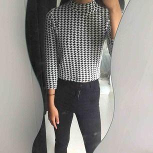 Jättesnygg tröja med halvpolo från Bik Bok, inte använd alls mycket. Köparen står för eventuell frakt:)