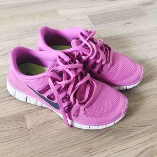 Nike free run 5.0 i storlek 37.5, då de är något små på mig har de inte blivit använda många gånger