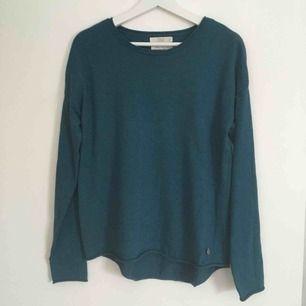 Blå/grön tröja ifrån 365. Färgen uppfattas som ljusare i verkligheten än på bilderna. Storlek angiven på plagget är S men den är mer som en M. Köparen betalar frakten.