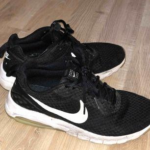Ett par Nike skor i storlek 39. cirka 3 år gamla. Köparen står för frakt