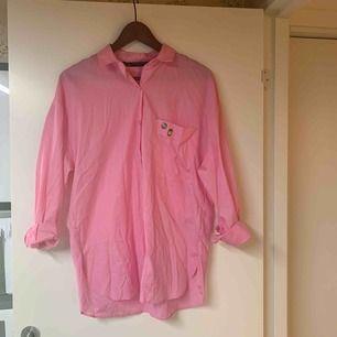 Rosa oversize skjorta från Zara med motiv på fickan. Sparsamt använd.