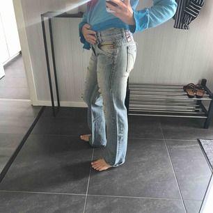 Baggy jeans med slitningar från miss sixty. Bra skick.