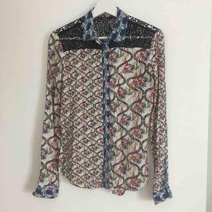Mönstrad skjorta från Desigual som varit ett riktigt favvo plagg ✨ Axelpartiet är av spetts. Köparen betalar frakten