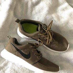 Jättefina Nike Roche Run i storlek 37 men den passar nog mer än 36a då den är för liten för mig. Aldrig använda jättefint skick!! Bästa skorna som tyvärr inte tillverkas längre.