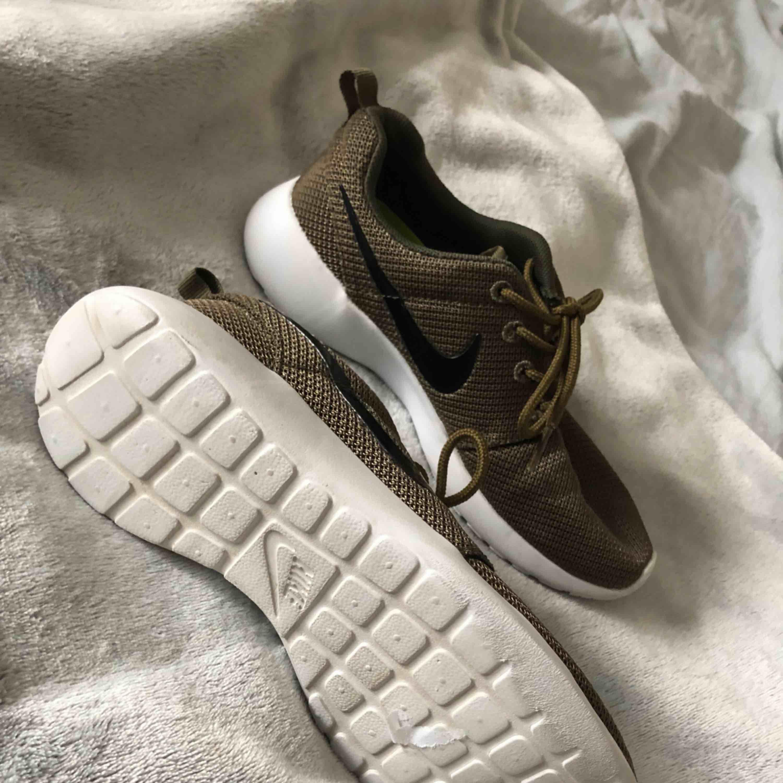 Jättefina Nike Roche Run i storlek 37 men den passar nog mer än 36a då den är för liten för mig. Aldrig använda jättefint skick!! Bästa skorna som tyvärr inte tillverkas längre.. Skor.