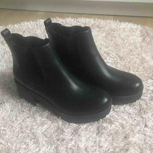 """Snygga """"boots"""" med klack från Din sko. Dom är helt oanvända,säljer pga att dom aldrig kommer till användning. Frakt till kommer"""