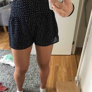 En prickig kjol från bikbok gjord av polyester. Super skön å supergullig. Tyvärr för liten för mig.