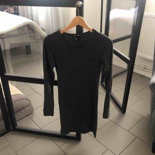 Mörkgrå tight långärmad klänning Frakt 50kr