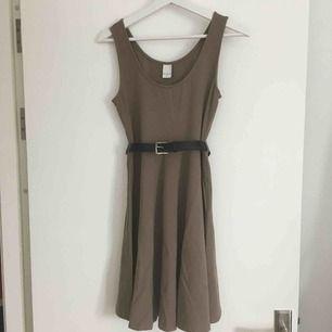 Ljusbrun/Latte färgad stretch klänning från Vila. Knälång. Skärpet på bilden ingår ej utan är bara för att visa klänningens två skärp hankor. ✨ Köparen betalar frakten