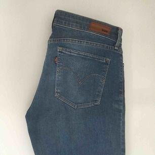 Lev'is jeans, demi curve, knappt använda! ✨ Köparen betalt frakten