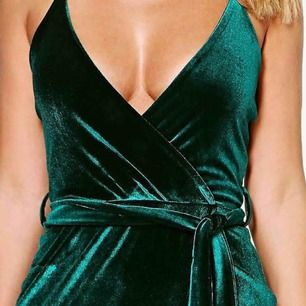 Grön sammetsklänning från boohoo, endast använd en gång på balen! Frakt tillkommer💓