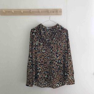 Så fin och trendig skjorta I leopardmönster från mango. Borttagen lapp nyligen men aldrig använd. köparen står för frakt. Swish