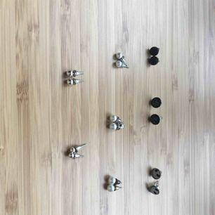 Örhängen 10kr. Raden till höger i princip oanvända, de silvriga kulorna helt oanvända, de vita kulorna använda men i bra skick. Baksidorna på de använda är inte orginal, vissa ser lite slitna ut. Jag tvättar alla örhängen innan jag skickar dem!