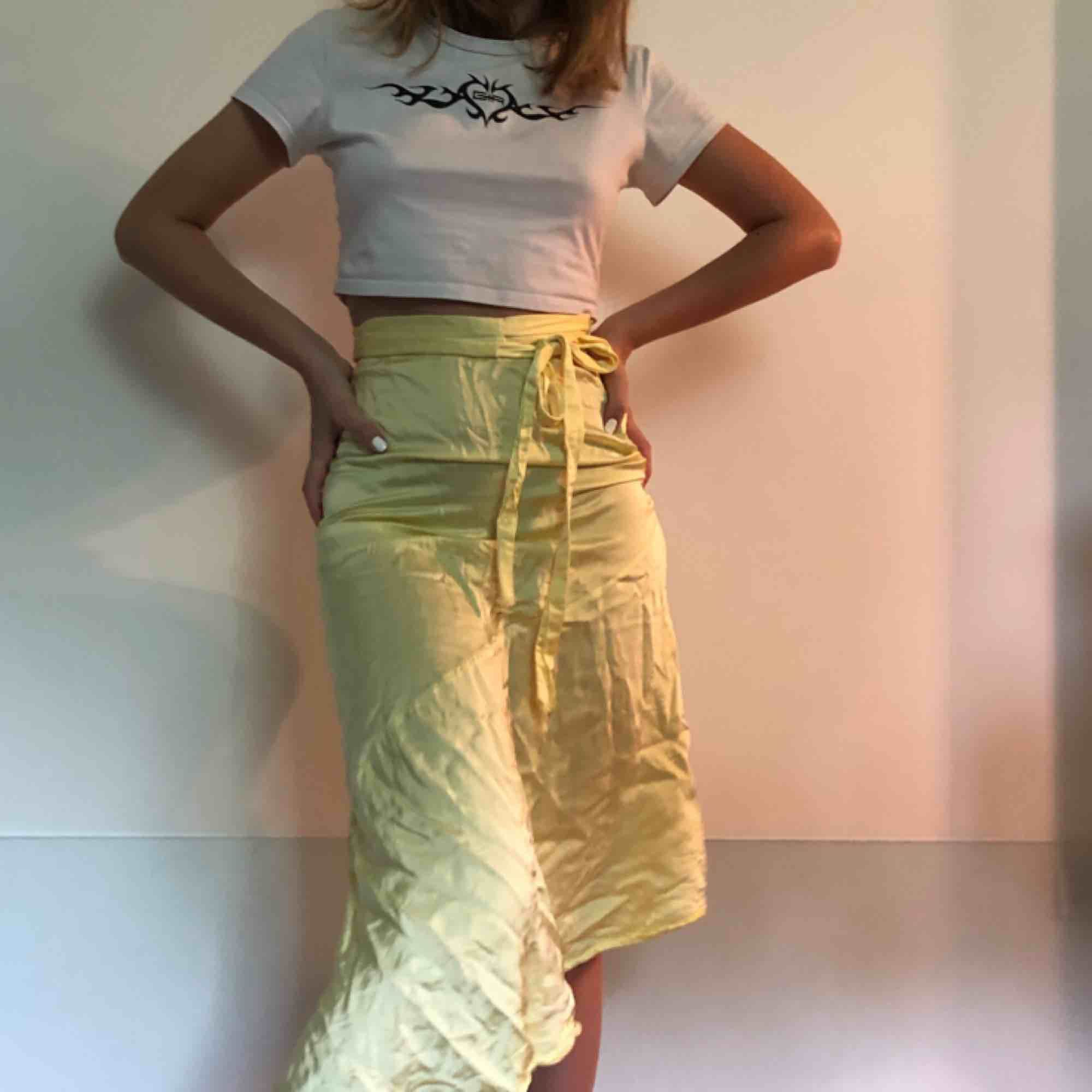 Silkeskjol från &otherstories, ser extremt skrynklig ut på bilden, men bara en stryker den så ser den bra ut igen. 🖤🧡. Kjolar.
