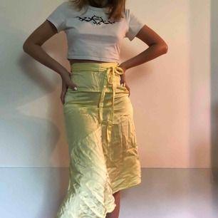 Silkeskjol från &otherstories, ser extremt skrynklig ut på bilden, men bara en stryker den så ser den bra ut igen. 🖤🧡