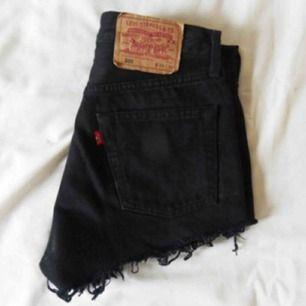 Svarta Levis shorts med kopparfärgade detaljer. Köpte dem på madlady där de tar vintage jeans och gör till shorts (köpte dem för 500) men de har nu blivit för små. Passar XS och S. Frakt tillkommer🦋💕