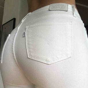 Vita midwaist jeans från Levis i modellen 712 SLIM. Stretchiga i lite tajtare momjeans-modell. Knappt använda. Frakt tillkommer💓