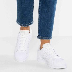 Säljer dessa skor från adidas, skickar bilder vid intresse❤️