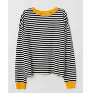 Randig tröja från Divided/H&M med gula partier. Sparsamt använd, fint skick! Skriv vid några frågor eller för fler bilder! ☺️