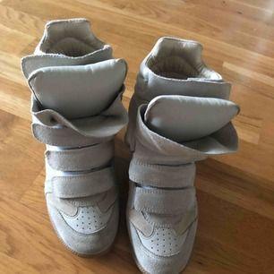 Säljer mina Isabel Marant sneakers som inte används så ofta och nästan som nyskick! Självklart äkta! Har inte kvittot pga fick det som present. Jag och köparen delar på frakt. Skicka dm för fler bilder och info!