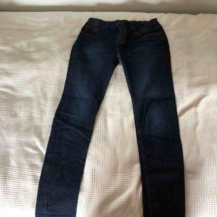 Ett par jätte fina Lyle&Scott jeans med tajt passform. Jeansen är en mörk blå färg men den blir ljusare in till mitten. Resårband i midjan så att dem  Kan passa nästan vem som helst.:)