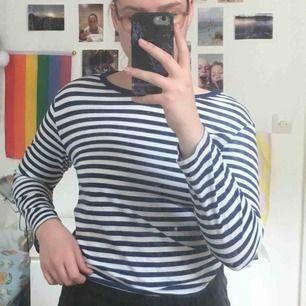 Långärmad randig tröja från Monki. Vit och mörkblå. Stretchig och jätteskönt material. Använd max 5 gånger. Köpt för 120kr🌼