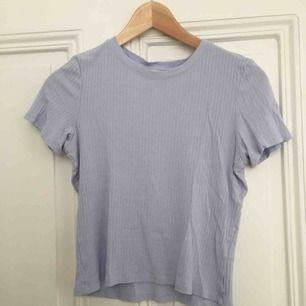 Söt ljusblå T-shirt som är ribbad. Stretchig och superskönt material. Använd men i bra skick. Växt ur men har varit ett favvoplagg🌼
