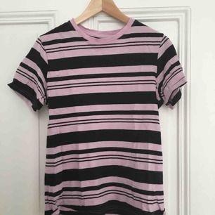 Randig T-shirt från hm barnavdelning. Passar XS-S och kanske M beroende på hur den ska sitta. Ljusrosa och svart🌼