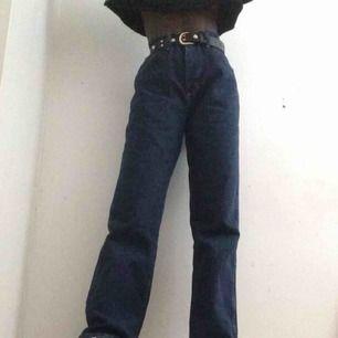 Mörk blåa high waisted jeans. Storlek M/L men passar mig med storlek S. Lite stora vid midjan men funkar bra med bälte. Använd några gånger men i bra skick. Märket Wrangler
