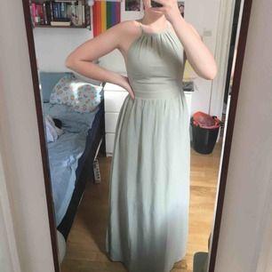 Asfin balklänning, finklänning eller typ att ha på bröllop! Använd en gång. Knytning i ryggen och går därför att justera i storlek en del. Stretch i svanken. Ljusgrön färg som är enkel att matcha. Jag är 179 cm och längden är perfekt🌼