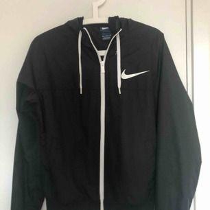 Vindjacka från Nike. Frakt 72
