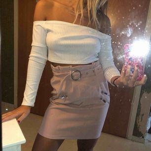 Oanvänd rosa kjol med olika detaljer , väldigt fin passform !! Frakten är inräknat i priset 💓