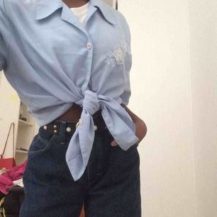 Ljusblå skjorta. Storlek M. Super söt över en tröja eller knuten. (Frakt 30kr för alla kläder)