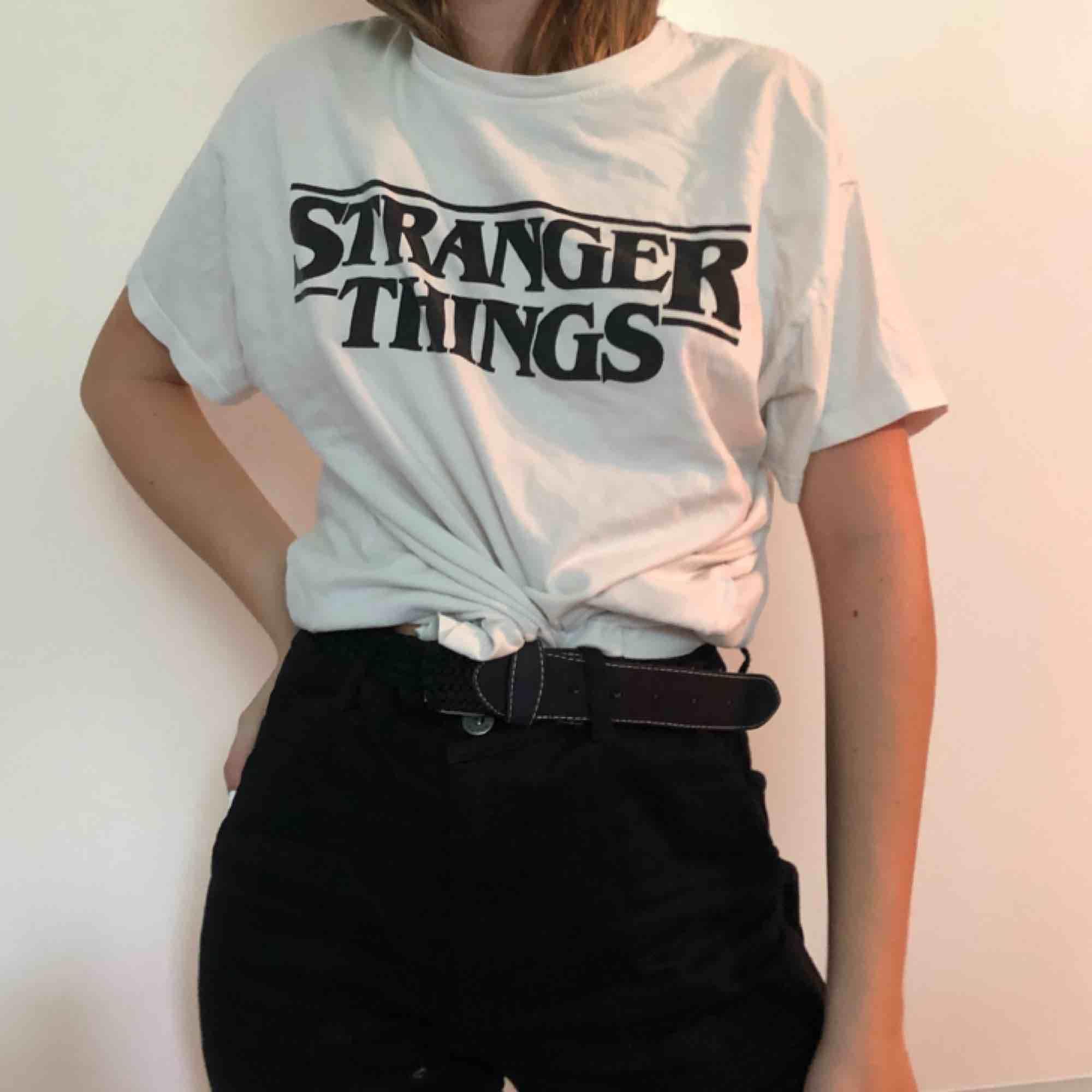 asså helt ärligt, stranger things - en av de bästa serier jag sett. oversized tröja, därför passar den många strl. . T-shirts.