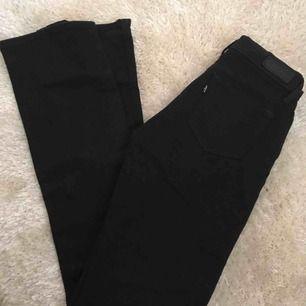 Demi curve bootcut jeans ifrån levi's. Mellanhög midja