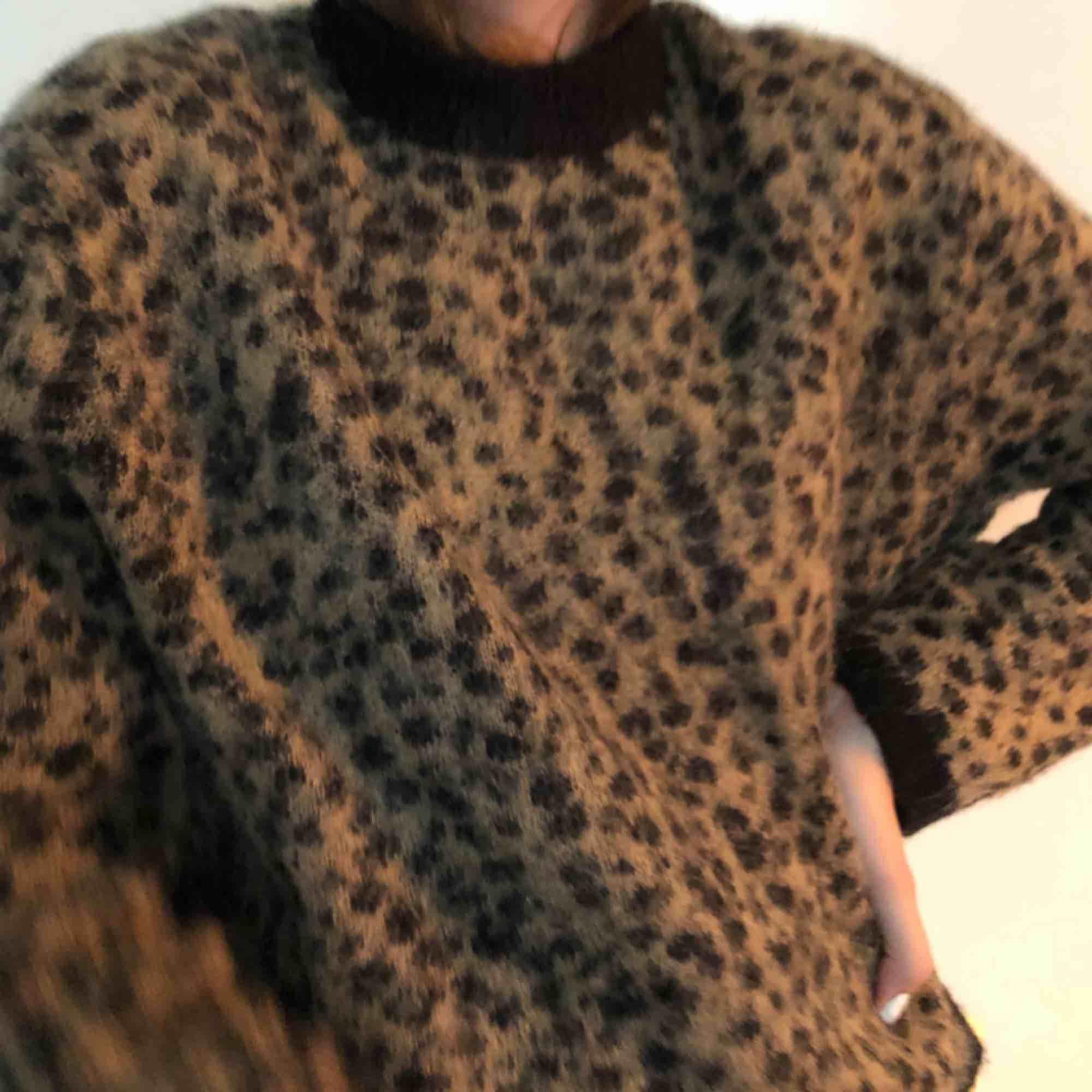 hur mysig ullig tröja?!?! perfekt nu till höst. väldigt trendig dessutom från & other stories. ÄLSKAR🖤🖤🖤🖤. Tröjor & Koftor.