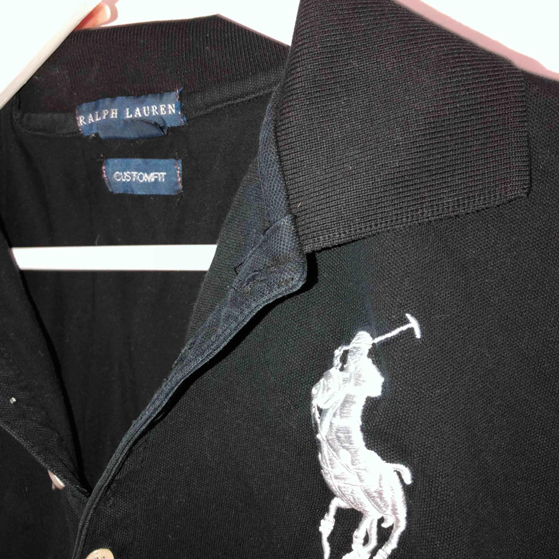 En svart Ralph Lauren Pike tröja som är inköpt för ett par år sedan för ca 600 kr. Jättebra skick, superfin tröja, men inte min stil. Därav har den bara använts ca 4-5 gånger. Den har väldigt fin passform och formar sig efter kroppen.. Tröjor & Koftor.