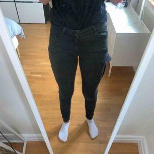 Ett par svart/mörkgråa cargopants från Gina tricot!! Hör av er om frågor, svarar på allt! :)