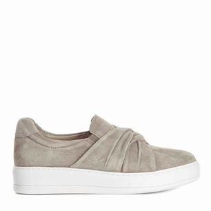 Grå/beige skor från COBLER. Grundpris:1000 kr. Använt några gånger. Storlek 39. Köparen står för frakten